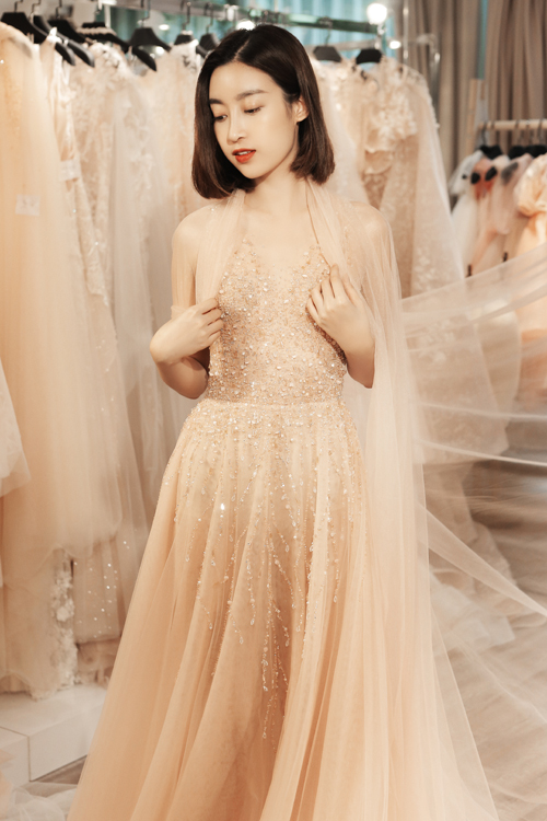 Nhà thiết kế đã dành nhiều ngày đi Pháp tìm kiếm chất liệu, lựa chọn từng loại hát đá pha lê để đính kết lên những chiếc váy của mình. Tông màu dẫn đầu trong các mùa cưới vẫn là trắng, kem và hồng pastel.