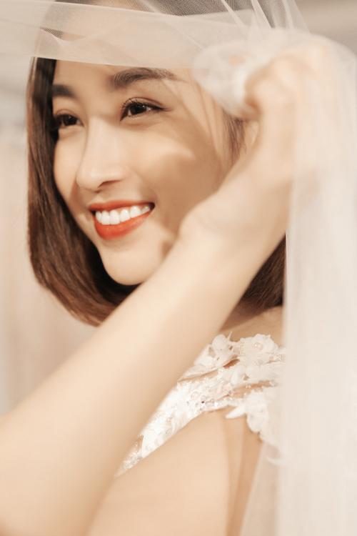 Sau khi tốt nghiệp đại học vào tháng 9 vừa qua, Hoa hậu Việt Nam 2016 Đỗ Mỹ Linh xuất hiện thường xuyên hơn trong các sự kiện. Cô đặc biệt nhận được nhiều lời mời làm người mẫu cho các bộ sưu tập thời trang.