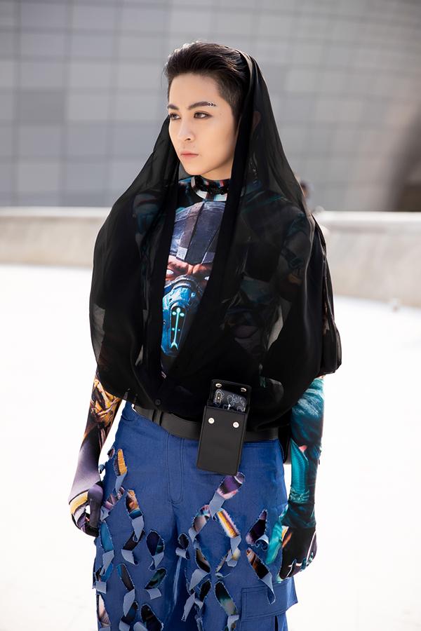 Trang phục của nhà thiết kếLê Ngọc Kim Khanh nhấn mạnh vào các chi tiết cut-out cắt xẻ để tạo dựng hình ảnh cá tính cho Gil Lê.