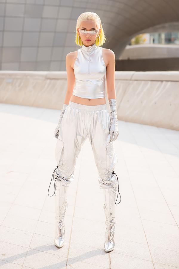 Sau buổi sáng góp mặt tại tuần lễ thời trangvới hình ảnh quý côsang chảnh, Phí Phương Anh chọn hình ảnh futureristic - hot trend mới nhất năm 2018.
