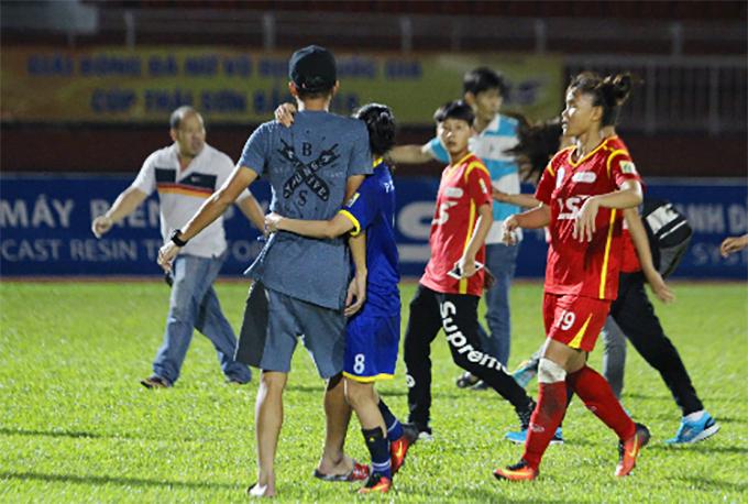 Hoàng Quỳnh (8) ngăn Hồ Ngọc Thắng khi anh xuống sân can cầu thủ hai đội đánh nhau. Ảnh: HV.