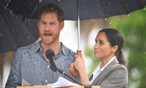 Bà bầu Meghan che mưa cho chồng phát biểu