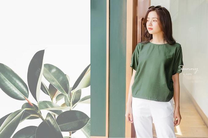 Áo nhún thun tay khoét xanh rêu sẽ đưa nàng hòa cùng thiên nhiên. Với giá bán 240.000đ, sản phẩm hiện đang giảm 20% trên Store Ngôi Sao.