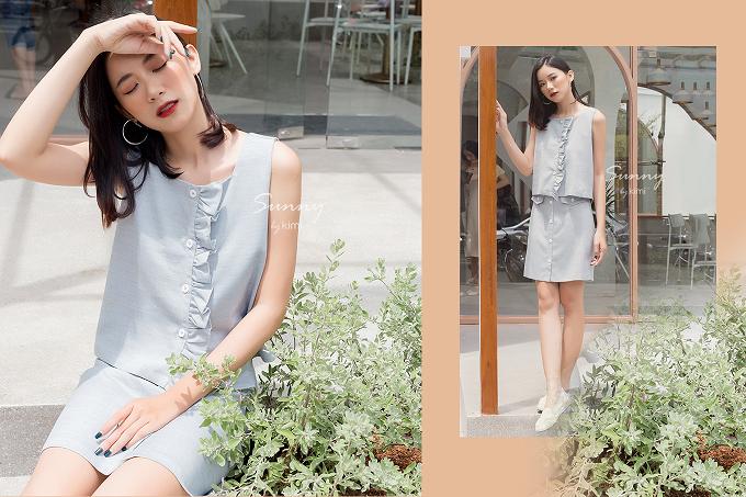 Set áo cổ v và chân váy ngắn xanh biển có giá bán 384.000đ trên Store Ngôi Sao.
