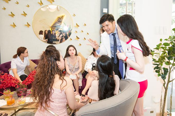Bác sĩ và chuyên viên Shynh House tư vấn cho khách hàng.