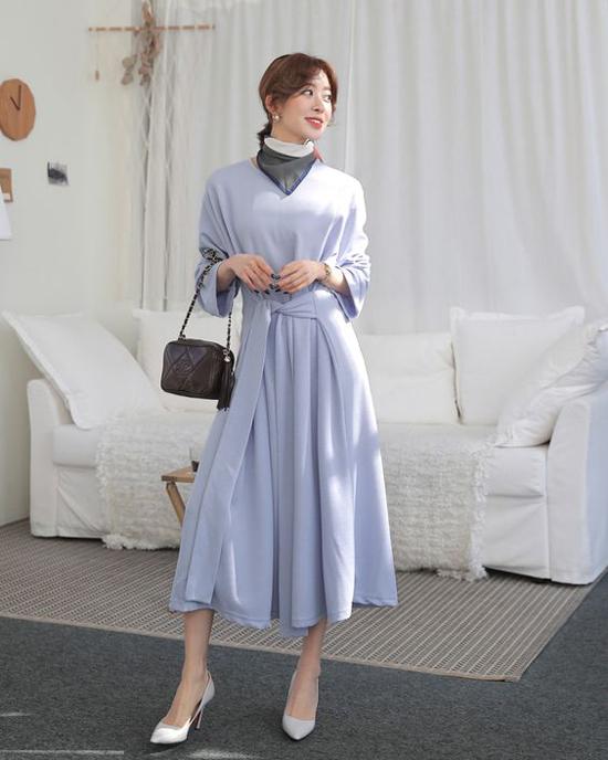 Ngoài cách tạo nút thắt đơn giản, các mẫu khăn vuông cũng có thể sử dụng nhiều cách khác nhau để hài hòa với từng mẫu váy áo đi kèm.
