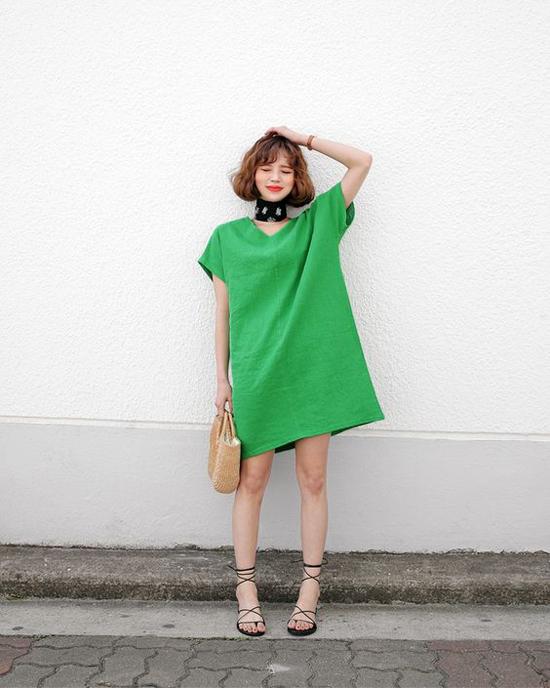 Mẫu váy xanh nổi bật ngày hè dễ dàng sử dụng trong không khí đầu thu khi được thêm phụ kiện khăn cổ nhỏ nhắn.
