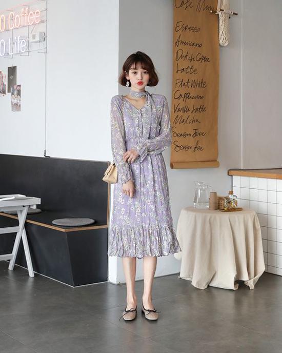 Bên cạnh cách chọn khăn kẻ sọc để mix cùng trang phục đơn sắc, các fashionista châu Á còn diện váy hoa ton-sur- ton cùng khăn hoa.