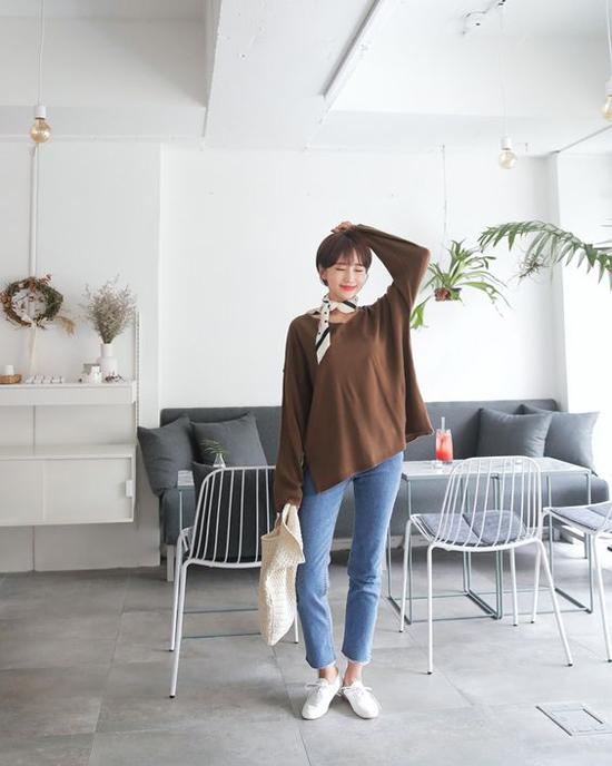 Khăn lụa mềm mại có thể tôn nét thanh lịch khi phối cùng sơ mi, quần âu hay mang lại vẻ cá tính khi đi kèm áo sweater và quần jeans.