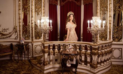 Lý Nhã Kỳ mặc như công chúa chụp ảnh trong lâu đài cổ