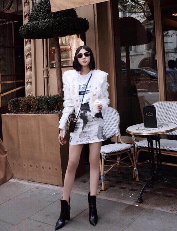 Chân váy ngắn và bốt cao gót cũng là hai món đồ được Jolie Nguyễn kết hợp cùng nhau nhằm kéo dài đôi chân. Đây là cách khai thác vẻ gợi cảm cho phái đẹp khi lên đồ hợp xu hướng thu đông.