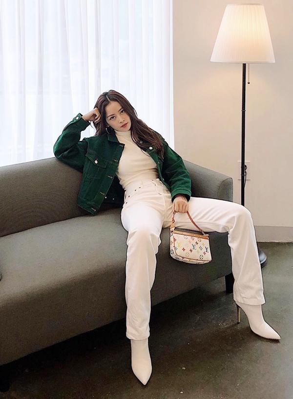 Ci Pu chọn áo khoác nhung xanh tạo nên điểm nhấn bắt mắt cho set đồ có sắc trắng chiếm phần lớn trên tổng thể.