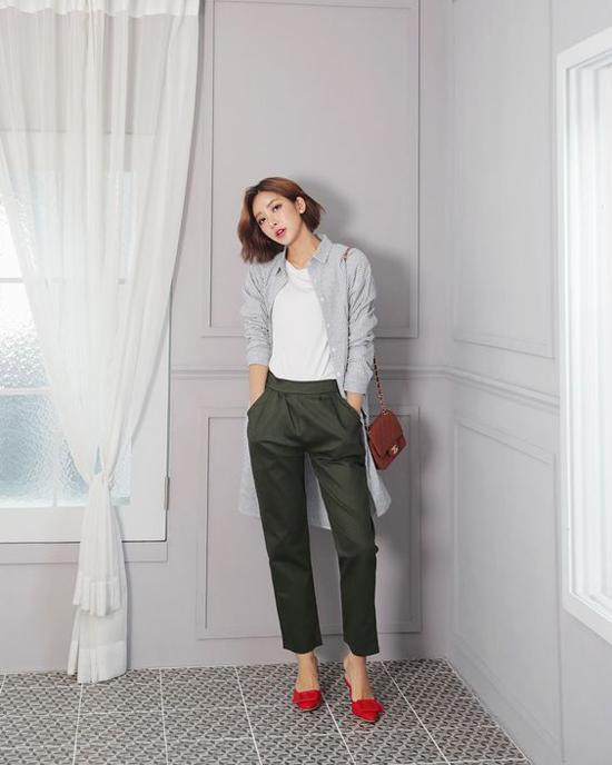 Chính sự đơn giản về kiểu dáng đã giúp sơ mi trở thành mẫu trang phục thân thiện và dễ phối hợp cùng nhiều kiểu áo quần.