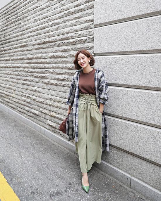 Set trang phục đề cao sự thoải mái cho phái đẹp trong những ngày cuối tuần: Áo sơ mi được sử dụng như một kiểu áo choàng để phối hợp áo thun cổ trụ, quần ống rộng lưng cao.