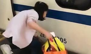 Bé 4 tuổi ngã xuống đường ray khi mẹ dán mắt vào điện thoại