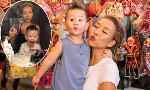Con trai Thảo Trang cười khanh khách khi nghịch đồ trang điểm của mẹ