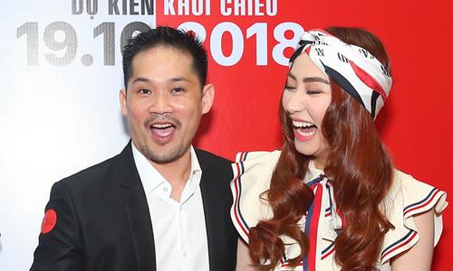 Ông xã Ngân Khánh ngại chụp ảnh với vợ ở sự kiện
