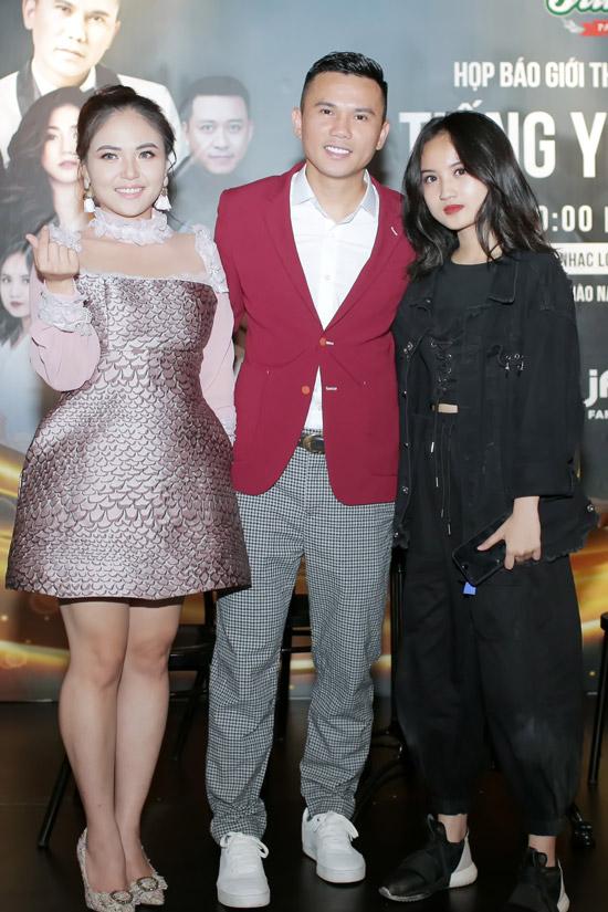 Vợ chồng Tú Dưa và bé Ngân Hà, con gái riêng của anh với vợ cũ Thúy Hiền. Ngân Hà sẽ làm khách mời trong liveshow của bố.