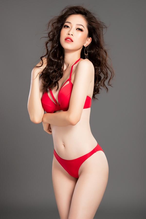 Sắc đỏ của bộ bikini càng tôn lên làn da trắng ngầncủa Phương Nga.