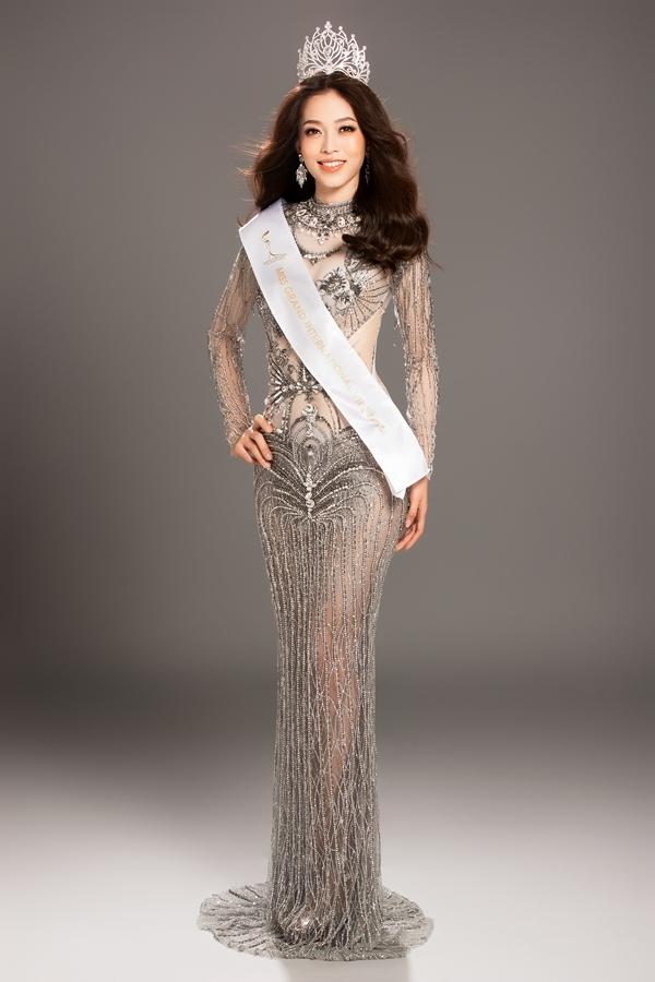 Bên cạnhbikini, Phương Nga cũng tung những bức hình chụp với trang phục dạ hội của nhà thiết kế Đỗ Long. Người đẹp đội vương miện và dải băng Miss Grand Vietnam 2018.