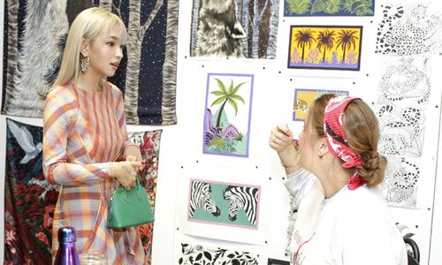 Fashionista Châu Bùi đắm mình trong 'thế giới những chiếc khăn vuông'