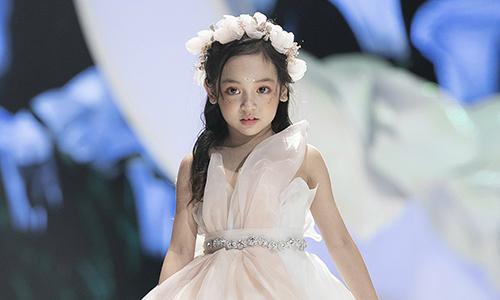 Sao nhí Chu Diệp Anh điệu đà với váy phù dâu xuân hè 2019