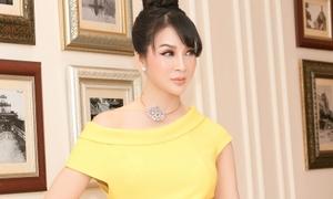 Thanh Mai khoe vai trần đi nhận bằng khen trong ngày sinh nhật