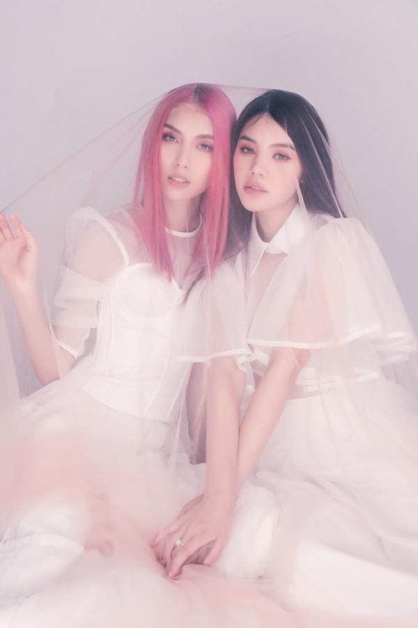 Người mẫu Thùy Dương Next Top (trái) và Hoa hậu Jolie Nguyễn có mối quan hệ thân thiết ngoài đời. Cặp chị em chênh lệch 7 tuổi, quý nhau ở tính cách thẳng thắn, vui vẻ. Mới đây, họ cùng nhau thực hiện bộ ảnh nhânkỷ niệm 2 năm tìnhbạn.