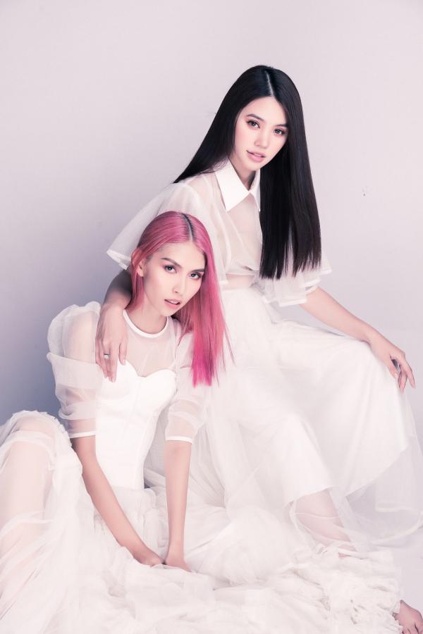 Hai người đẹp diện những chiếc váy voan bay bổng, ton-sur-ton màu trắng. Nếu Jolie Nguyễn có mái tóc dài óng ả,Thùy Dương gây ấn tượng với màu tóc hồng cá tính.