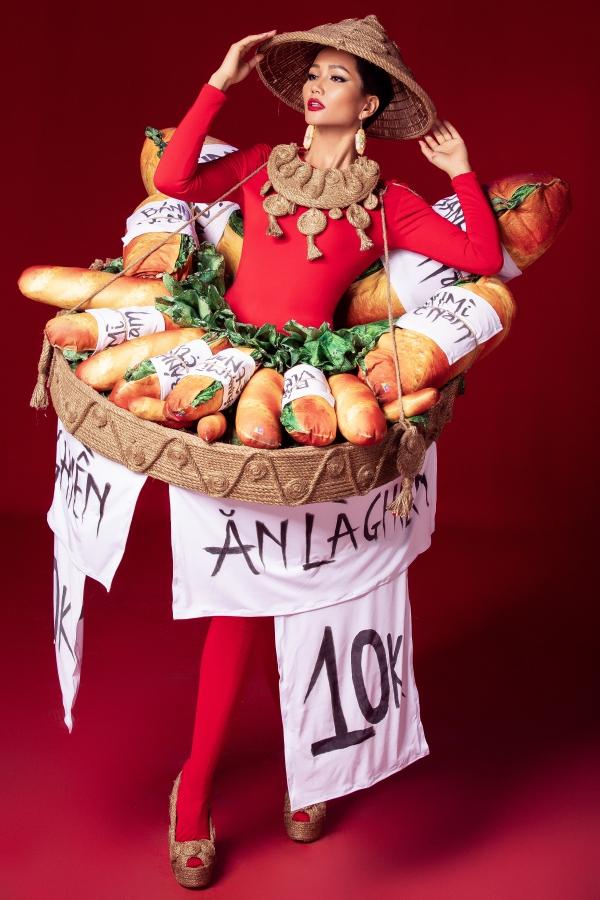 Trang phục dân tộc lấy cảm hứng từ bánh mỳ, lồng đèn của HHen Niê - 1