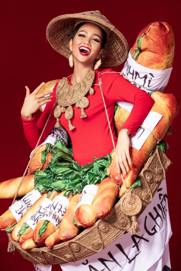Trang phục dân tộc lấy cảm hứng từ bánh mỳ, lồng đèn của HHen Niê