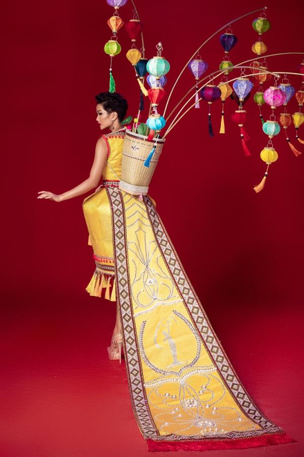 Trang phục dân tộc lấy cảm hứng từ bánh mỳ, lồng đèn của HHen Niê - 2