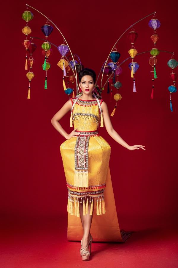 Trang phục dân tộc lấy cảm hứng từ bánh mỳ, lồng đèn của HHen Niê - 3