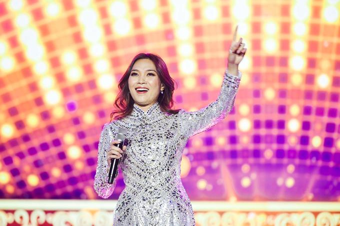 Ngoài âm nhạc và vũ đạo, nữ ca sĩ còn kỳ công chuẩn bị 5 bộ trang phục, trong đó có chiếc áo dài đính đá lấp lánh của NTK Công Trí.