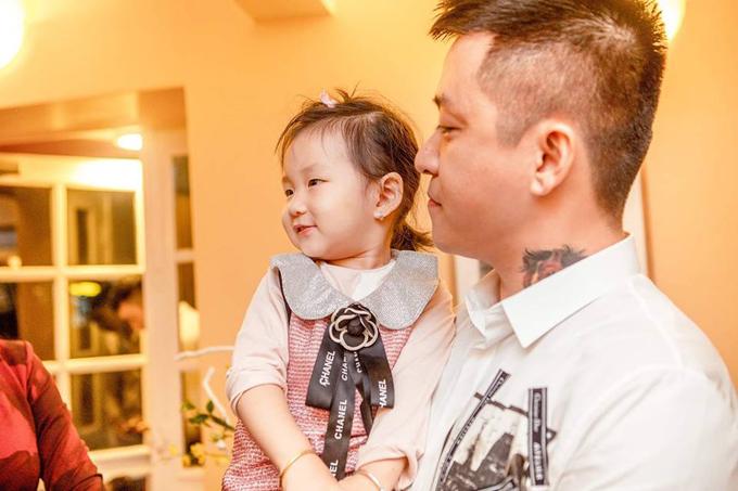 Anh rất hạnh phúc bởi các thành viên trong gia đình đều san sẻ niềm vui, nỗi buồn cùng mình. Tuấn Hưng cho biết, nụ cười của con gái - bé Son, khiến anh cảm thấy nhẹ nhàng hơn.