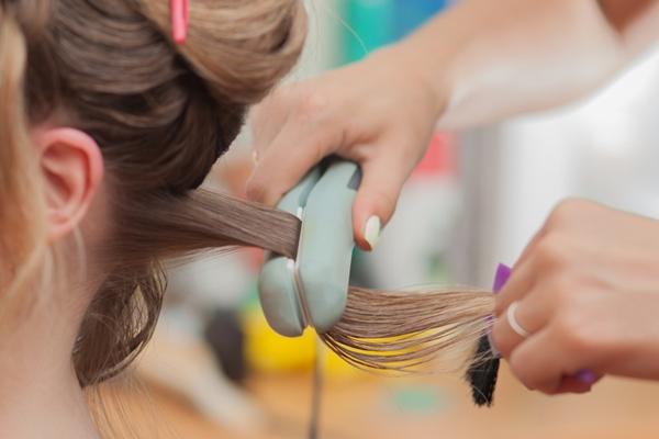 Trị liệu bằng Keratin Thành phần chính của sợi tóc là chất sừng Keratine. Chúng chiếm trên 70%. Keratine là một loại protein có chức năng bảo vệ các sợi tóc.Khi tóc bạn bị hư tổn vào bên trong thân tóc thì khi đó các Keratine này bị hổng, tóc không còn bóng khỏe nữa mà trở nên xốp, kém đàn hồi, xỉn màu và dễ bị đứt gãy. Dịch vụ phủ Keratin thường có dạng kem, được thoa lên tóc và sử dụng máy duỗi hoặc là để giúp thẩm thấu vào sâu trong tóc.