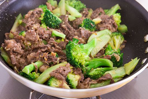 Súp lơ xanh xào thịt bò Súp lơ xanh và thịt bò đều là thực phẩm được khuyến khích trong chế độ giảm cân, có thể dùng làm bữa tối cho cả gia đình, vừa tốt cho sức khỏe, vừa tốt cho cân nặng.