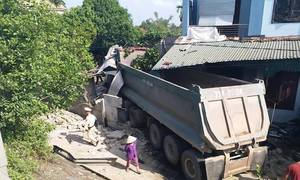 Xe đầu kéo đâm sập nhà dân ở Nghệ An, hai người nhập viện