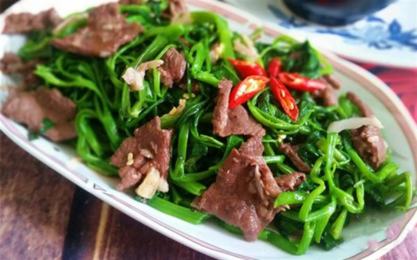 Rau muống xào thịt bò Một gợi ý quen thuộc hơn thay thế cho súp lơ xanh là rau muống.