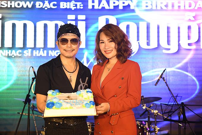 Jimmii Nguyễn chia sẻ, anh rất bất ngờ và hạnh phúc trước tình cảm từ fan dù 1/11 mới là ngày sinh nhật của anh.