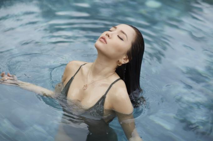 Ca sĩ Bích Phương vừa ra mắt MV Dramma queen vào tối 21/10, vào vai một cô gái xinh đẹp, quyến rũ bên tình yêu. Đây cũng là lần đầu tiênBích Phươngkhai thác tối đa lợi thế hình thểcủa mình trong một MV.