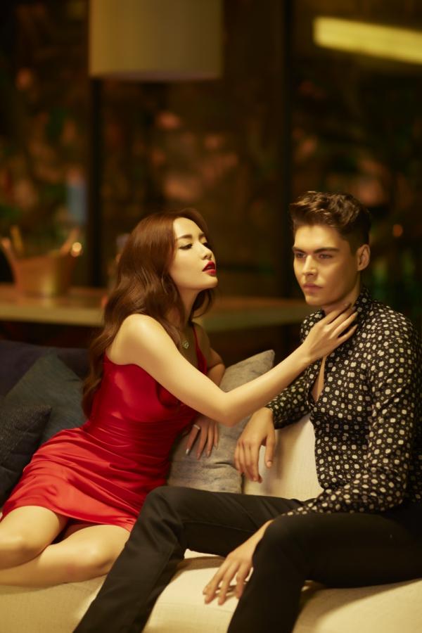 Ngoài phần hình ảnh và nội dung MV, Bích Phương có sự thay đổi trongxử lý bài hát với cách luyến láy đặc trưng, giàu cảm xúc hơn.