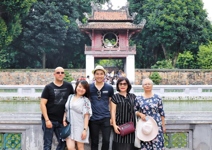Nguyên Khang còn đưa cả gia đình lên Hà Nội để thăm Văn Miếu và thưởng thức những món ăn ngon của thủ đô.