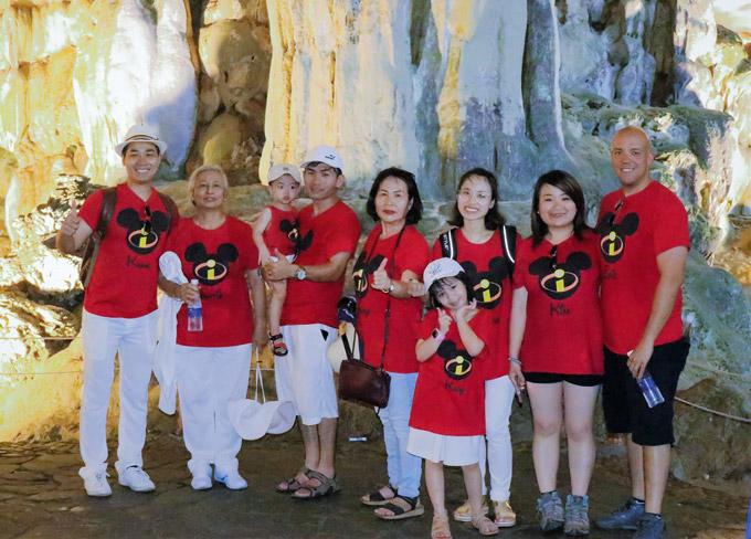 Gia đình Nguyên Khang vui vẻ đi thăm quan hang Sửng Sốt.