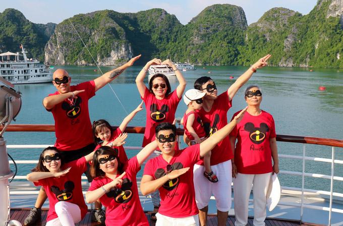 Mẹ, hai em rể và các cháu của Nguyên Khang có mặt đầy đủ trong chuyến du ngoạn Quảng Ninh. Cả nhà cùng mặc đồng phục in tên mình và lưu lại những khoảnh khắc kỷ niệm giữa vịnh Hạ Long.