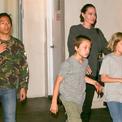 Jolie mặt mộc đưa Pax Thiên và cặp song sinh đi ăn sushi