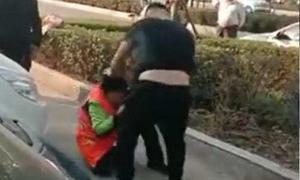Lao công bị đánh vì ngăn đứa trẻ đi vệ sinh ra đường
