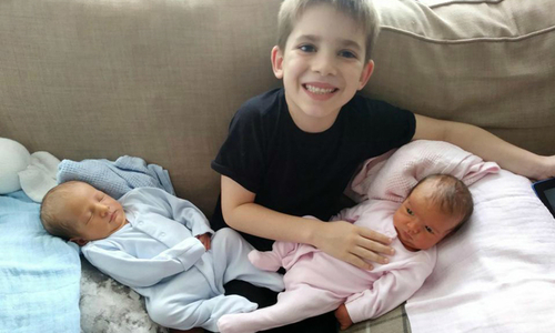 Anh em sinh ba chào đời cách nhau 7 năm