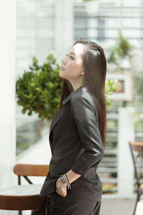 Với bộ vest cá tính màu đen kẻ sọc, Băng Di chọn phụ kiện vòng tay đính đá ưu linh xanh và đá tóc xanh để tạo điểm nhấn. Cô nàng cho biết, mỗi món phụ kiện mang theo luôn chứa đựng những ý nghĩa riêng như chiếc vòng tay này giúp Băng Di thêm tự tin khi ra ngoài.