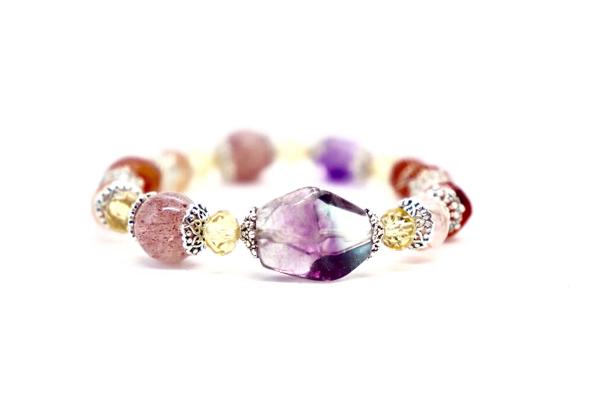 Là tín đồ của đá quý nên Ngọc Thảo còn sở hữu một chiếc vòng tay khác mang tên Albee của Master Phuong. Mẫu trang sức được chế tác độc đáo, phối hợp các loại đá quý sắc màu huyền ảo cùng chất liệu bạc cao cấp.